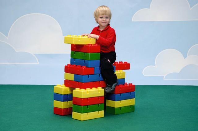 Noleggio pacchetti animazioni a postazioni for Lego giganti arredamento